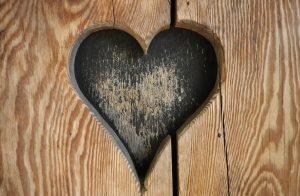 szív jel fában, garázskapu eleje is lehetne