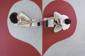 egy pár ül szív alakban, gépkölcsönző